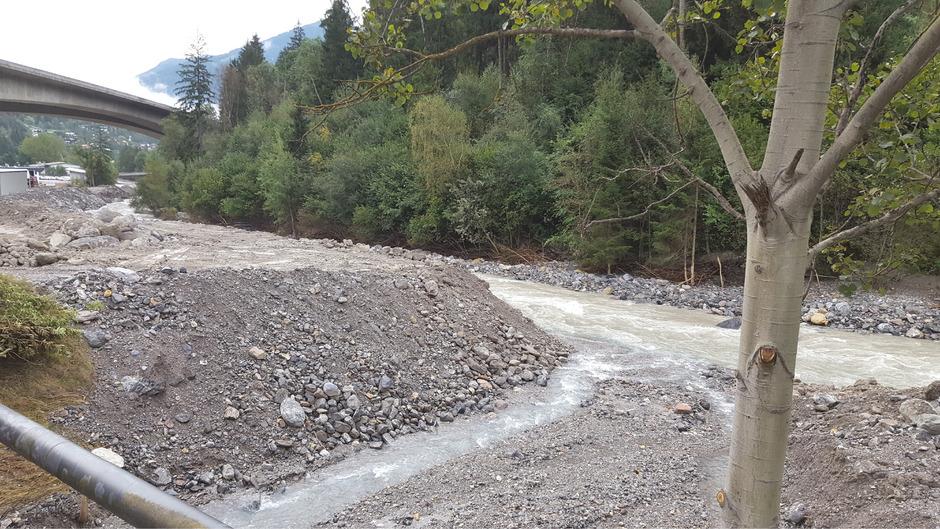 Acht Tage nach der Mure bei Grins: Zwischen Sanna und Gewerbegebiet konnte vorläufig ein fünf Meter hoher Damm geschüttet werden.