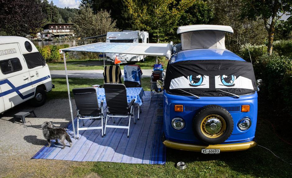 Schau mir in die (vier) Augen: Blaues Bulli-Schmuckstück am Natterer See.