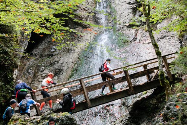 Über Brücken und natürlich über Stock und Stein laufen die Teilnehmer beim Pölven-Trail.