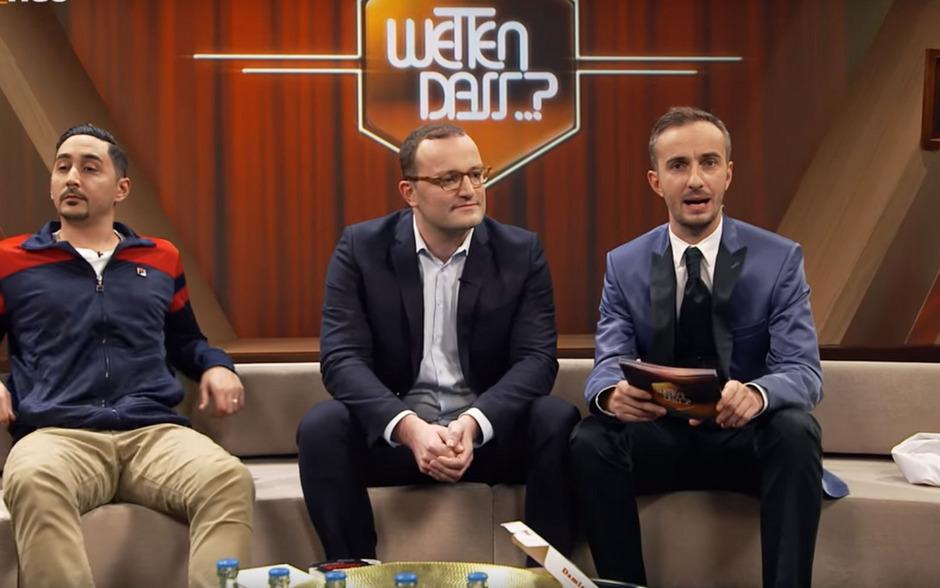 Jan Böhmermann mit seinen Gästen, dem deutsch-türkischen Rapper Eko Fresh (links) und CDU-Politiker Jens Spahn (mitte). Auch Eva Padberg und DJ Bobo waren zu Gast.