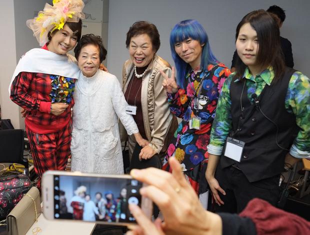 Miyo Maki (2.v.l.) mit Designer Takafumi Tsuruta (2.v.r.).