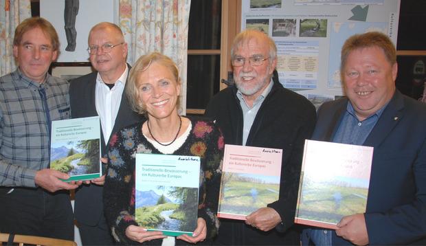 Seppl Haueis, Ernst Fleischhacker, Ingeborg Vonderstrass, Christian Leibundgut und BM Thomas Lutz (v.l.) bei der Buchpräsentation.