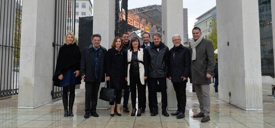 Gemeinsam mit den anwesenden Abgeordneten zum Tiroler Landtag öffnete Kulturlandesrätin Beate Palfrader gestern das Wappengitter am Befreiungsdenkmal.
