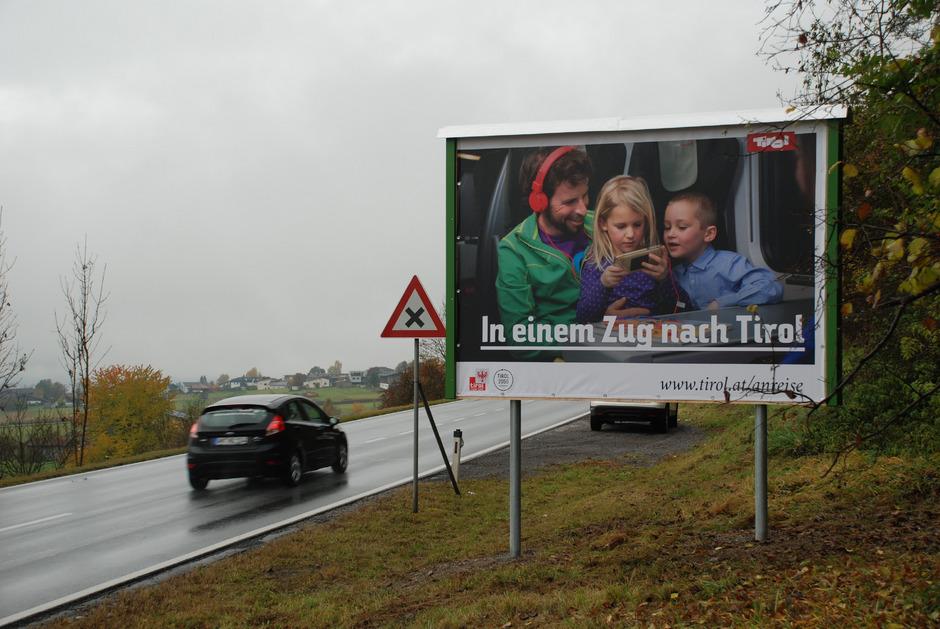 Alle paar Kilometer wurden an der Fernpass-Route Plakate installiert, die stauenden Urlaubern die Bahn-Anreise ans Herz legen.