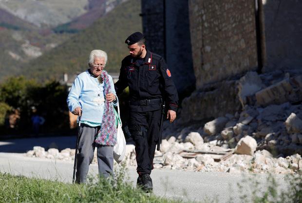 Der Zivilschutz forderte die Bürger auf, zerstörte Dörfer zu verlassen.