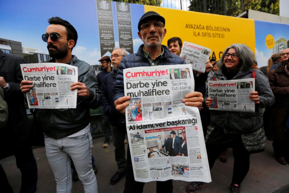 Unterstützer der Zeitung protestieren gegen die Drangsalierung der türkischen Regierung.