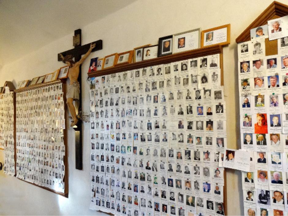 Beim Stiegenaufgang zur Wallfahrtskirche in Mariastein hängen mehr als 5000 Sterbebilder.