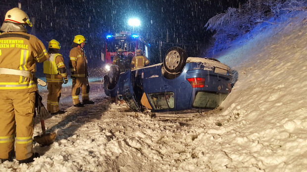 Am frühen Sonntagabend überschlug sich auf der B170 bei Brixen im Thale ein Pkw bei dichtem Schneetreiben. Eine Person wurde verletzt.