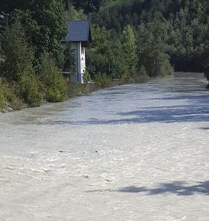 12. September 2016, unweit der Mühlbach-Mure: Wegen der großen Geschiebe-Mengen im Flussbecken waren einige Häuser am Ufer gefährdet.
