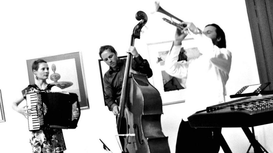 """Isa Kurz (Stimme, Geige, Akkordeon, Hackbrett), Philipp Moll (Kontrabass, Stimme) und Daniel Woodtli (Trompete, Flügelhorn, Stimme, Hackbrett) sind """"Jütz""""."""