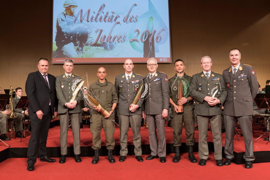 Stolz präsentierten die Geehrten ihre Trophäen. Der Preis wurde gestern in sieben Kategorien vergeben.