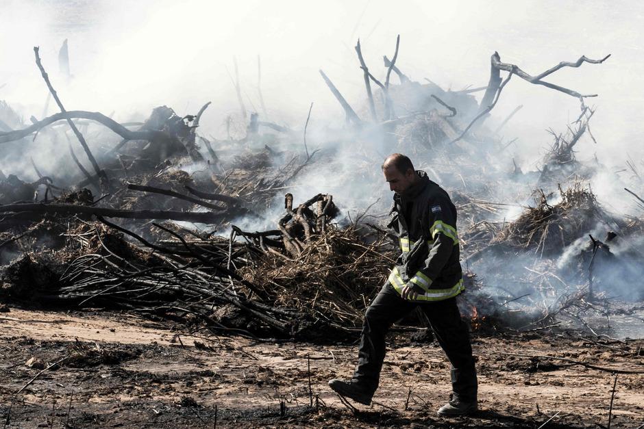 Ein Feuerwehrmann in Hadera im Norden Israels.