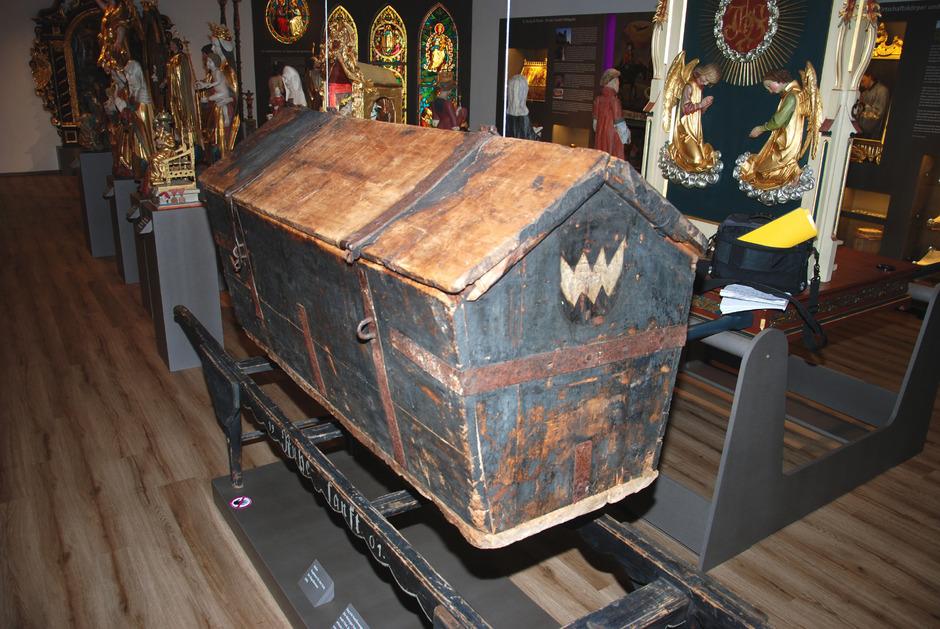 Die 450 Jahre alte Totentruhe macht Besucher neugierig.
