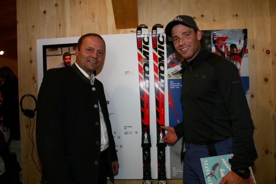 Benni Raich zeigte LH-Stellvertreter Sepp Geisler seine RTL-Siegerski von Bormio 2005.