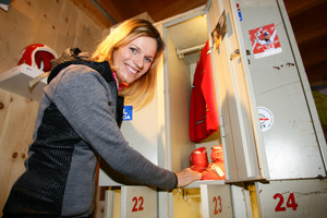 Marlies Raich präsentierte stolz ihre ersten Skischuhe.