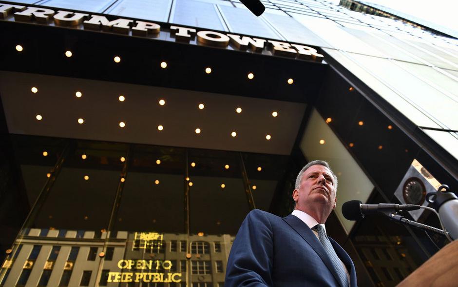 """New Yorks Bürgermeister Bill de Blasio vor dem """"Trump Tower"""" in New York."""