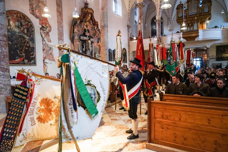 Die Fahnenabordnungen marschieren in die Klosterkirche der Franziskaner ein.