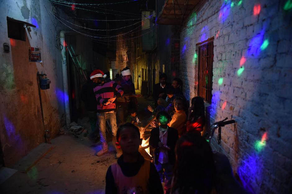 Mehrere Christen starben in Pakistan nach dem Besuch einer Weihnachtsfeier. Hier feiern Christen in den Straßen von Islamabad.