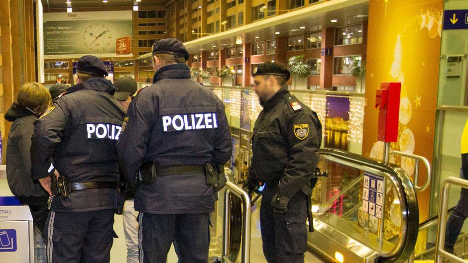 """Hotspot Hauptbahnhof: Mit verstärkter Streifentätigkeit versucht die Polizei, der """"Nordafrika-Szene"""" Herr zu werden. Eine unlösbare Aufgabe."""