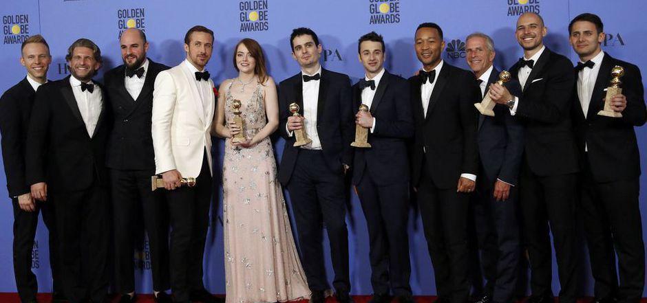 """""""La La Land""""-Cast und Crew posieren mit ihren Golden Globes."""