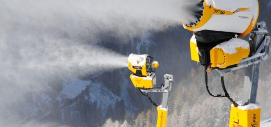 Auch in Ischgl liefen heuer die Schneekanonen auf Hochtouren. Die Seilbahner im Besonderen und die Wirtschaft fürchten jetzt ums Wasser.