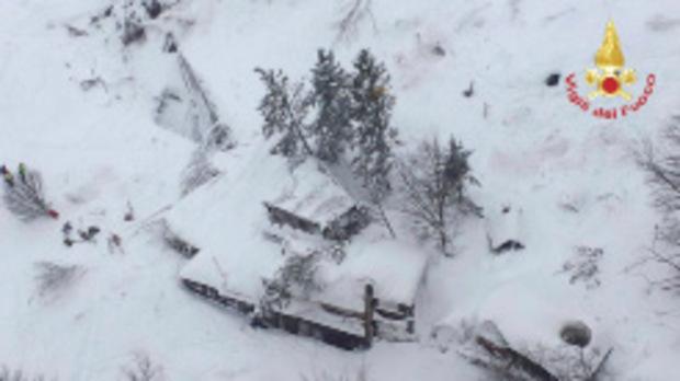 Eine Luftaufnahme des Hotels nach der Katastrophe. Durch die Lawine wurde das Hotel um zehn Meter verschoben.