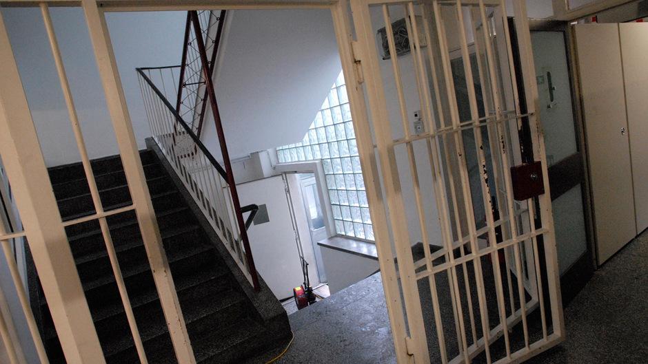 So sieht das Polizeianhaltezentrum, Tirols zweites Gefängnis neben der Justizanstalt, von innen aus. Hier sitzen in der Regel keine Straftäter, sondern Leute, die ihre Geldstrafen, etwa für Verkehrsdelikte, nicht bezahlen können.