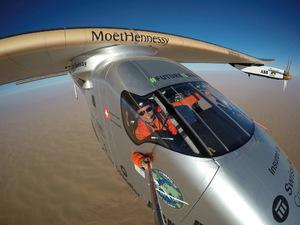 """Ohne Treibstoff um die Welt: Bertrand Piccard in der """"Solar Impulse 2""""."""
