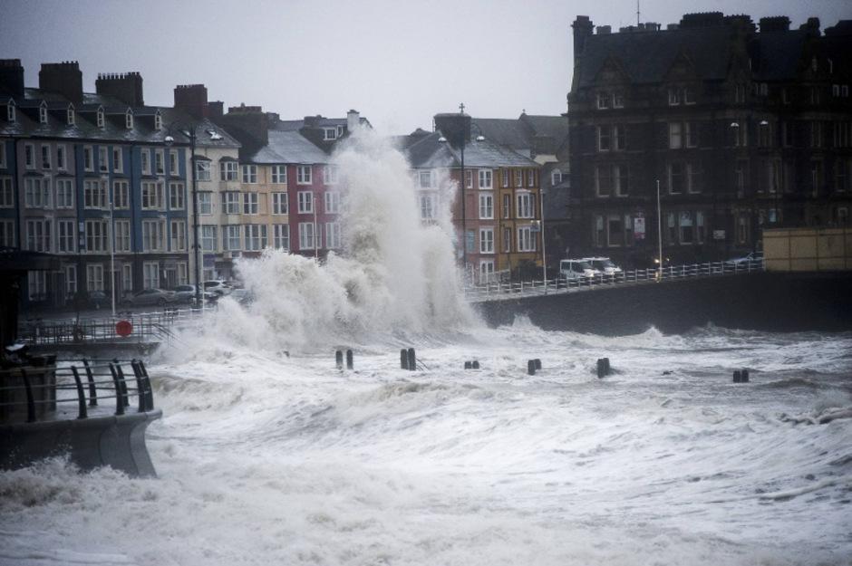 An der Südküste Englands gab es während eines Sturms im Februar 2016 16 Meter hohe Wellen.