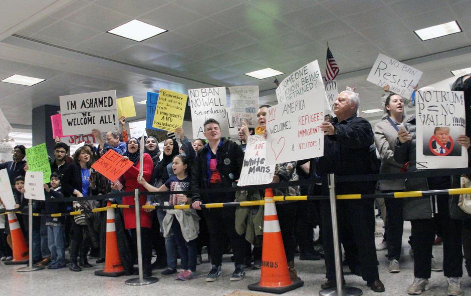 Auf vielen Flughäfen in den USA sammelten sich Demonstranten. Hier der Empfangsbereich des Flughafens Dulles in Virginia.