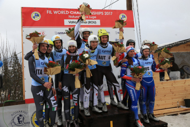 Das Siegerpodest beim Teambewerb: Italien und Russland nahmen Österreichs Champions in die Mitte.