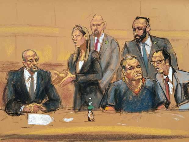 """Eine Gerichtszeichnerin hat die Szene mit den Verteidiger Michael Schneider und Michelle Gelernt und Joaquin """"El Chapo"""" Guzman (v.l.) festgehalten."""
