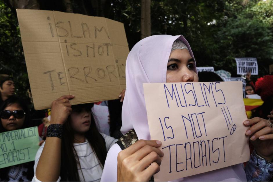 Muslime sind keine Terroristen, Islam bedeutet nicht Terror. Diese Botschaften wollen Demonstranten in Hongkong verbreiten.