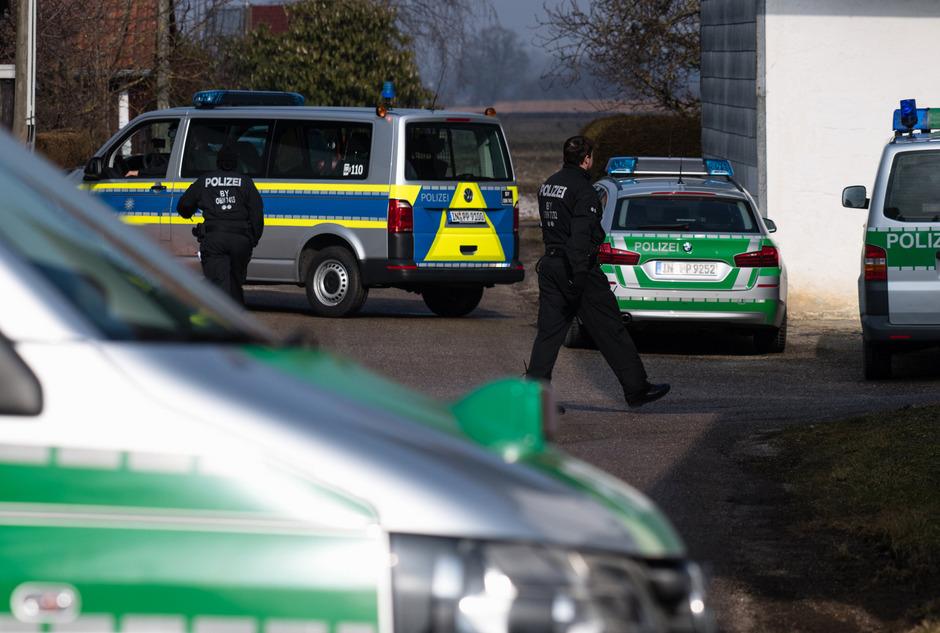 """Nach dem Mord an einem Polizisten ging die Polizei bei Razzien in Bayern und zwei weiteren Bundesländern gegen """"Reichsbürger"""" vor."""
