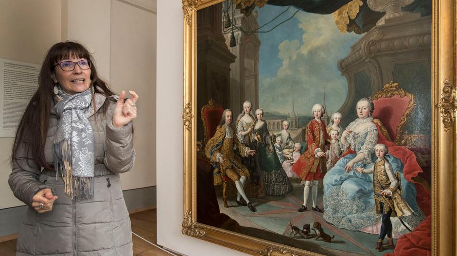 Es gibt so viel zu erzählen. Hofburg-Kennerin Viktoria Hammer vor einem Gemälde von 1751. Da hatten Maria Theresia und Franz Stephan neun Kinder.