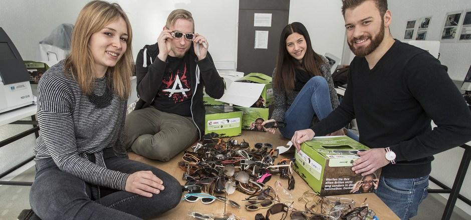 Theresa Albrecht, Thomas Geir, Christina Doblhofer und Matthias Siklos (v.l.) bereiten die Brillen für Afrika vor.