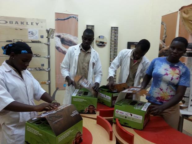 In der Optikerschule in Burkina Faso packen die mit Tiroler Know- how ausgebildeten Optiker die gespendeten Brillen aus.
