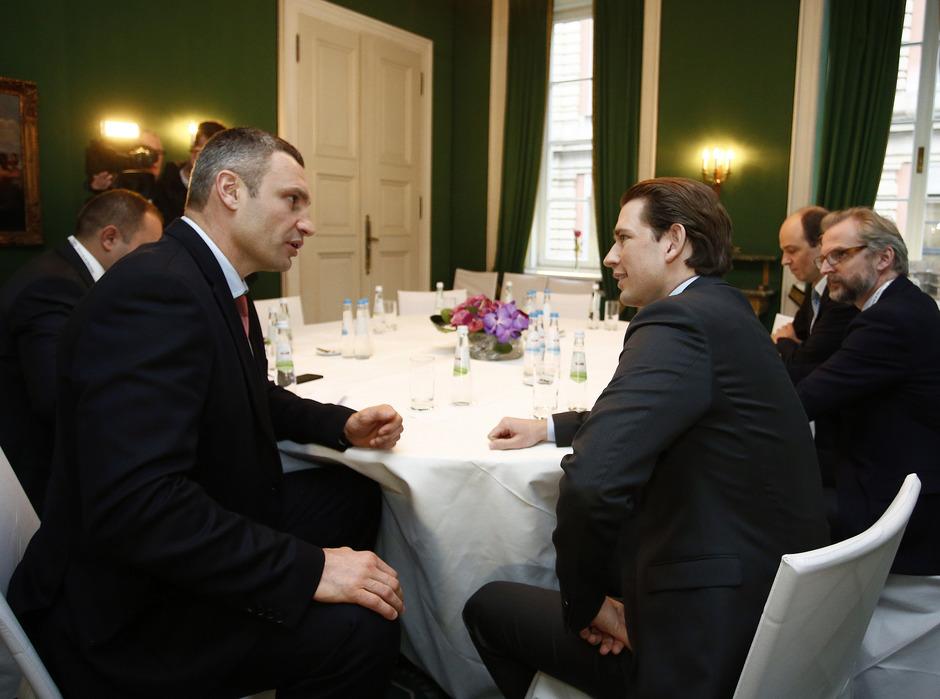 Sebastian Kurz bei der Sicherheitskonferenz in München, hier bei einem Treffen mit Kiews Bürgermeister Vitali Klitschko.