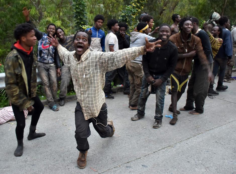 Migranten feiern ausgelassen, nachdem sie sich den Weg über die Grenze in die spanische Exklave Ceuta gebahnt haben.