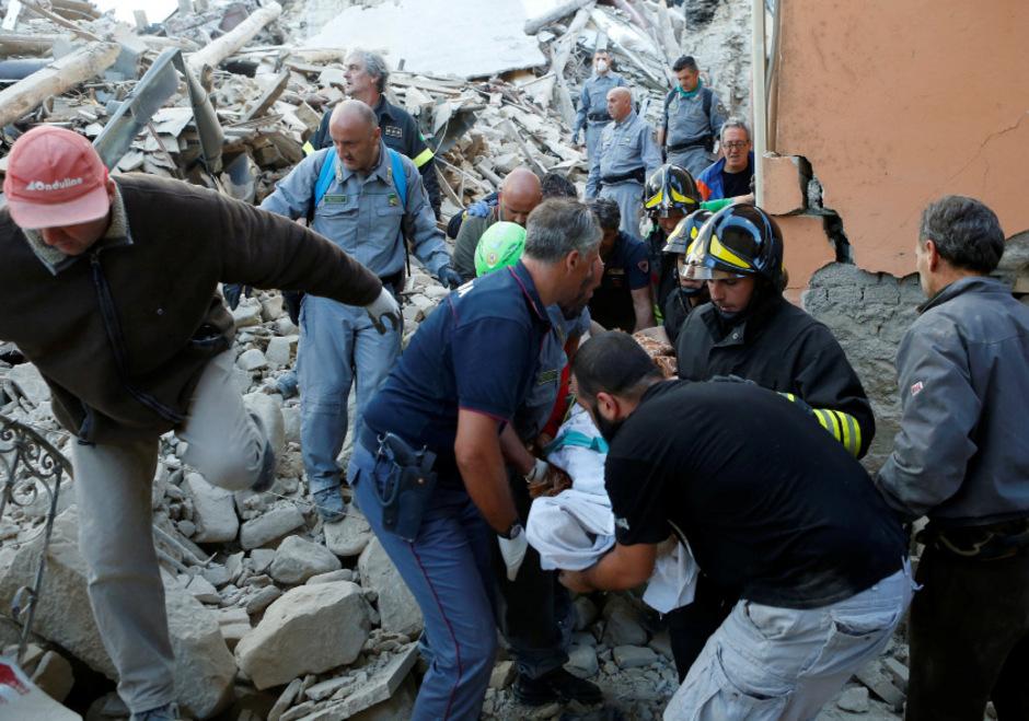 Rettungskräfte bergen einen Menschen mit einer Trage nach dem verheerenden Erbeben in Amatrice am 24. August 2016.