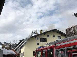 Die Feuerwehr in Kitzbühel bei den Löscharbeiten.