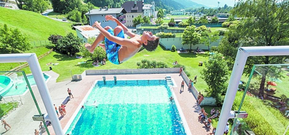 Nur eine kostspielige Sanierung des Schwazer Schwimmbades kann die Badesaison 2017 noch retten.