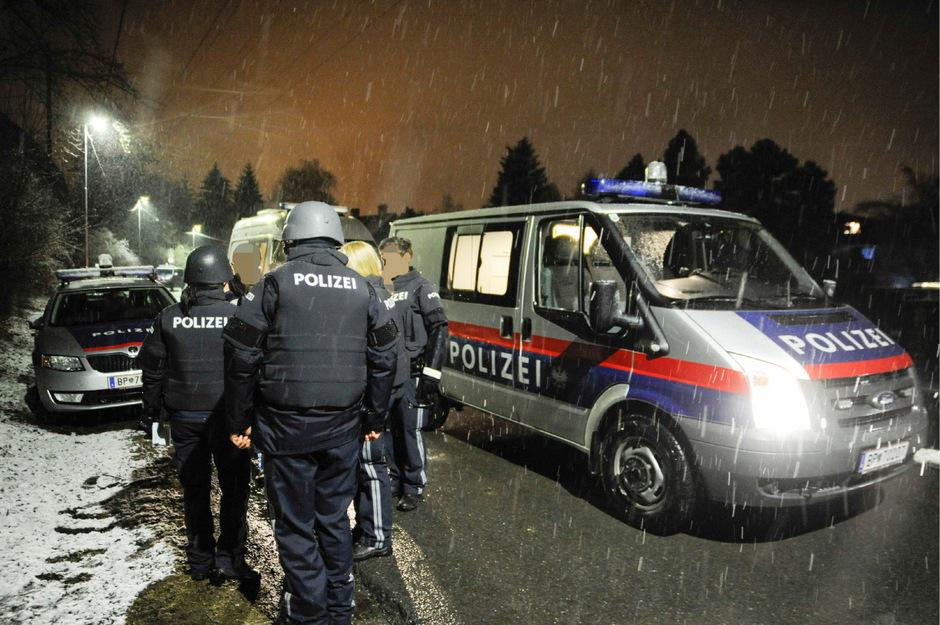 Polizeibeamte vor der Flüchtlingsunterkunft.