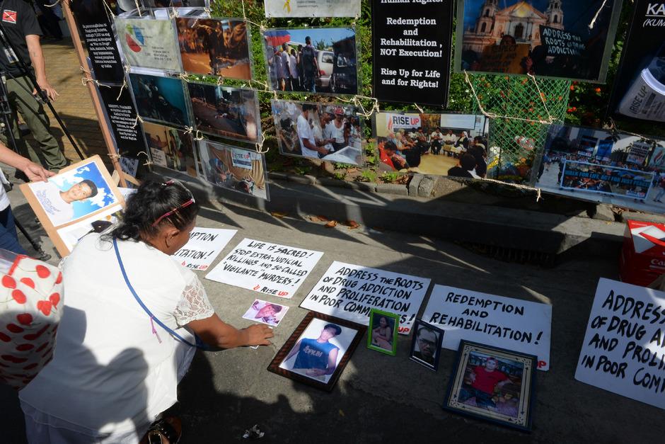 Bei Protesten gegen die Drogenpolitik Dutertes trauern Angehörige um die Opfer.