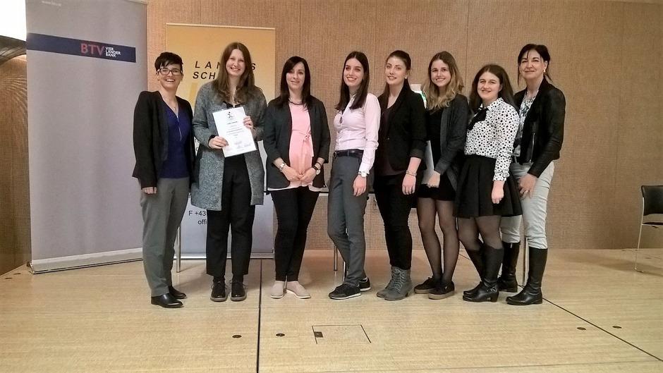 Lisa Paregger-Schretter, Celine Zangerl, Julia Auer-Juen, Nina Wolf, Lisa-Marie Hafele, Lisa Waltle, Annalena Seelos und Marlies Peer beim Wettbewerb in Innsbruck.