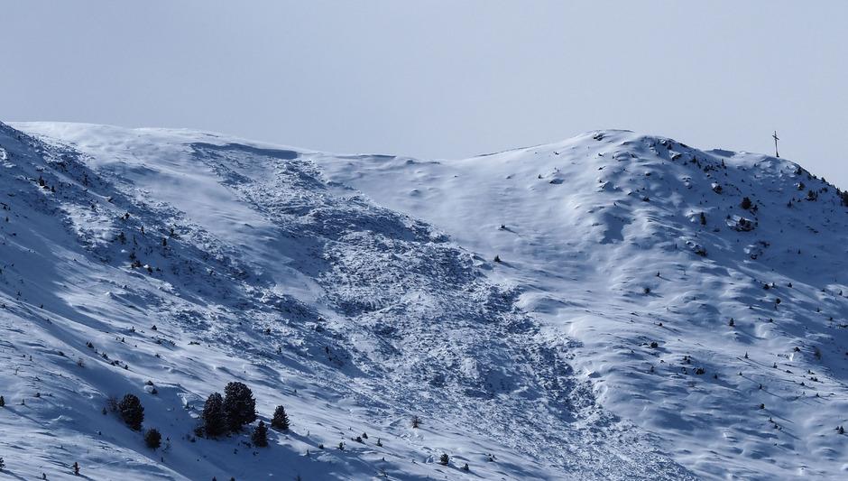 Die Lawine riss den Skifahrer rund 200 Meter weit mit.