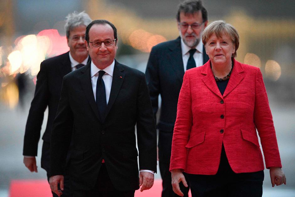 Im Vorderung der französische Präsident Francois Hollande und die deutsche Kanzlerin Angela Merkel. Im Hintergrund der italienische Premier Paolo Gentiloni und der spanische Premierminister Mariano Rajoy.