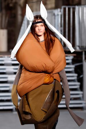 Der Amerikaner Rick Owens präsentierte Kleider aus Daunenschlafsäcken.