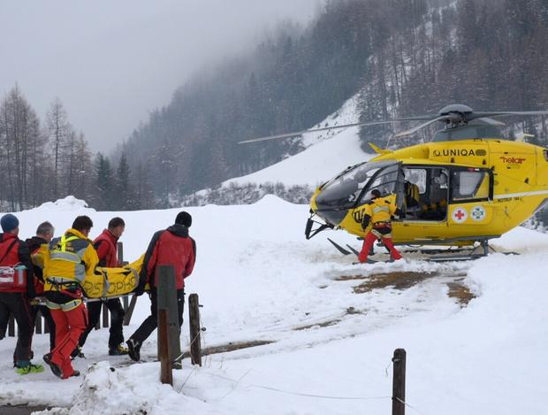 Ein Rettungsversuch per Helikopter gelang nicht, weshalb die zwei Personen über einen Baum aus der Gondel geborgen werden mussten.