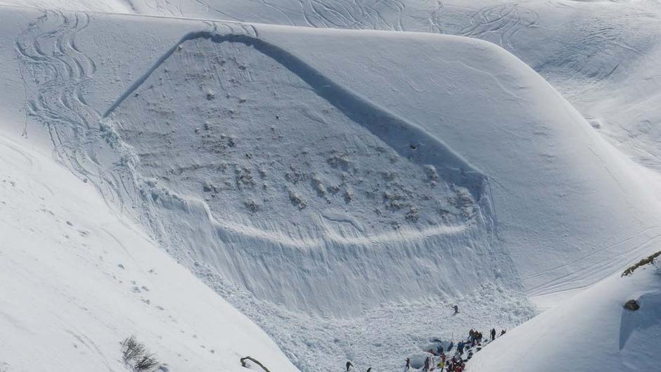 """Die Variantenskifahrer waren im Bereich des """"Hinteren Rendl"""" in den freien Skiraum eingefahren. Unterhalb eines Lawinendamms fuhren sie einzeln ab."""